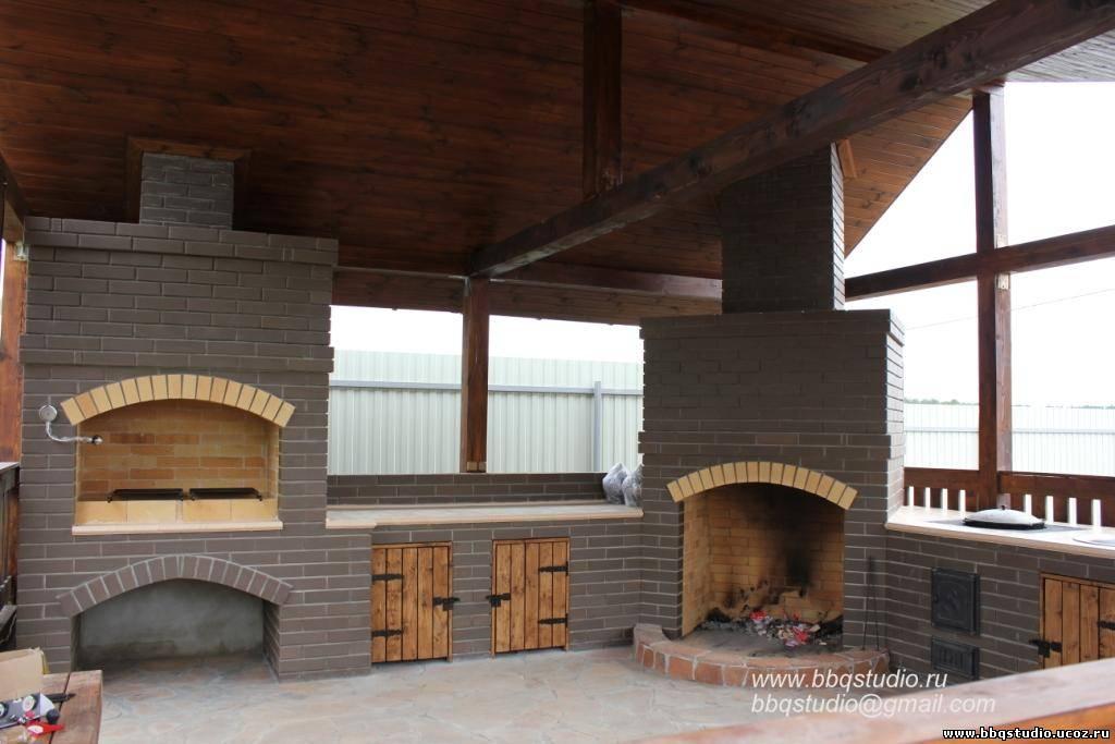 Летняя кухня с большим камином в